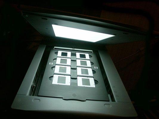 Ein Flachbettscanner mit einer Lichtquelle in seinem Deckel kann Film scannen.