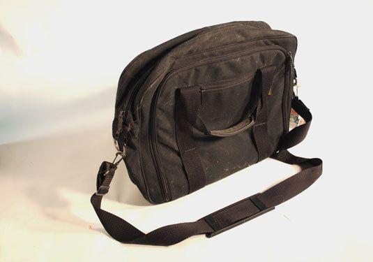 Dieser Eddie Bauer weichen Nylontasche hat viele Taschen, Reißverschlüsse, und Staufächer.